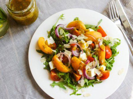 салат с рукколой и персиком